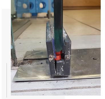 החלפת ציר לדלת זכוכית ברמת גן